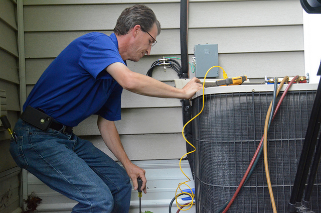 air conditioning maintenance tips (photo by https://www.flickr.com/photos/komunews/)